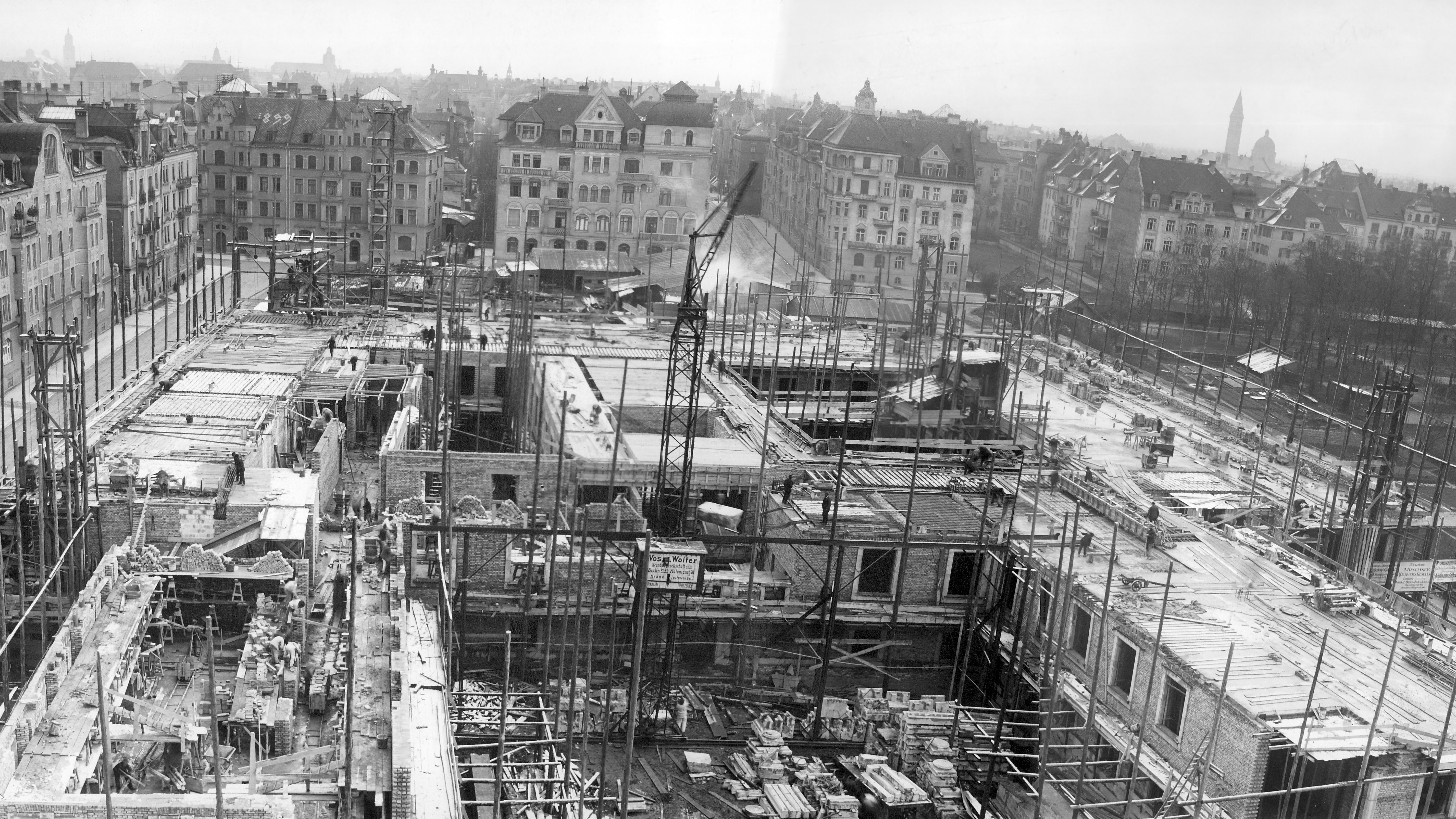 Construction of the current Main Building (1912/13).