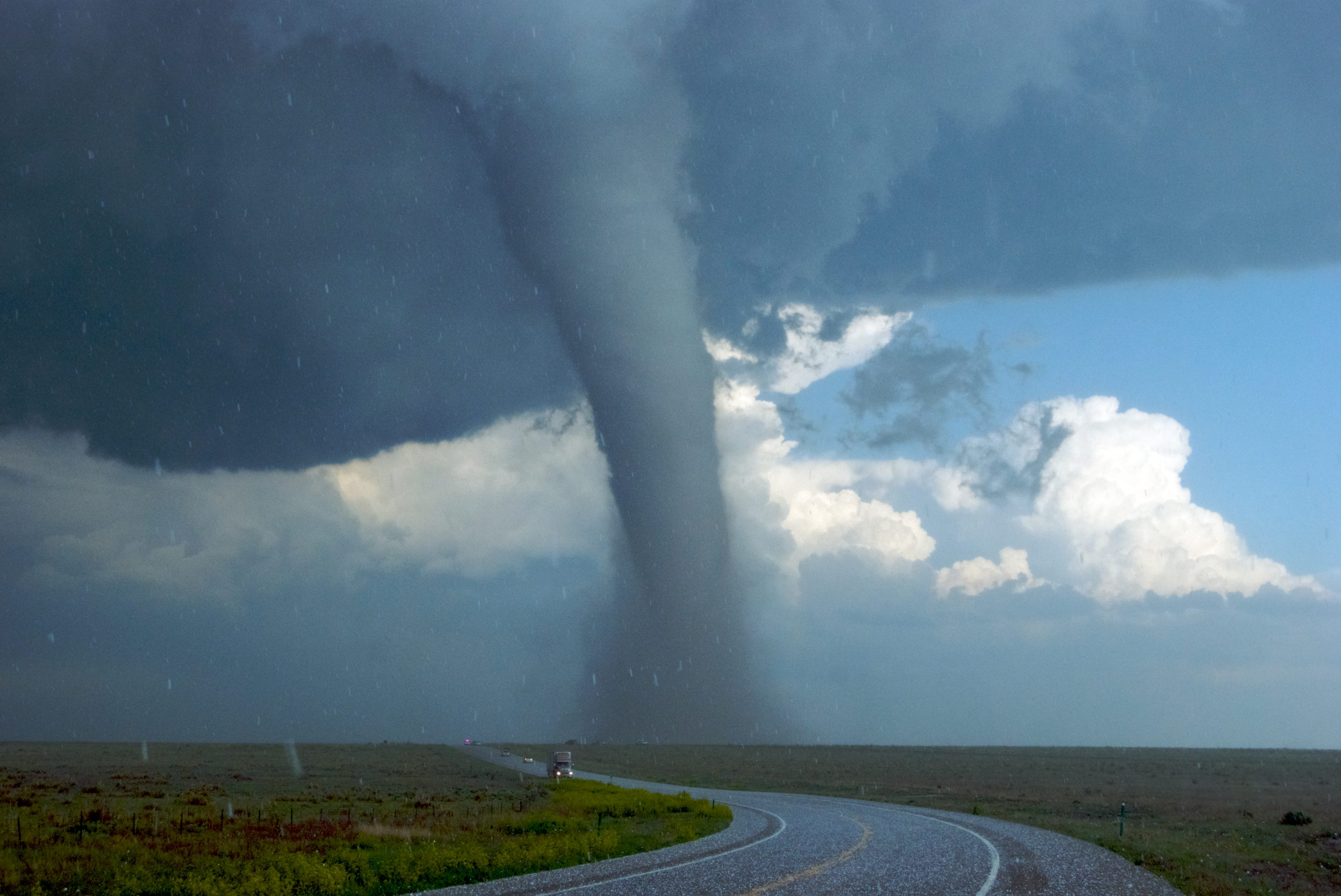 A tornado builds up within minutes and, in relation to its brief duration, is more destructive than a hurricane. Topics Online explains how a tornado forms. On Monday, 20 May, a one-and-a half kilometre wide tornado tore through the suburbs of Oklahoma City gouging a 30 km long by 2 km wide corridor of destruction out of the landscape.