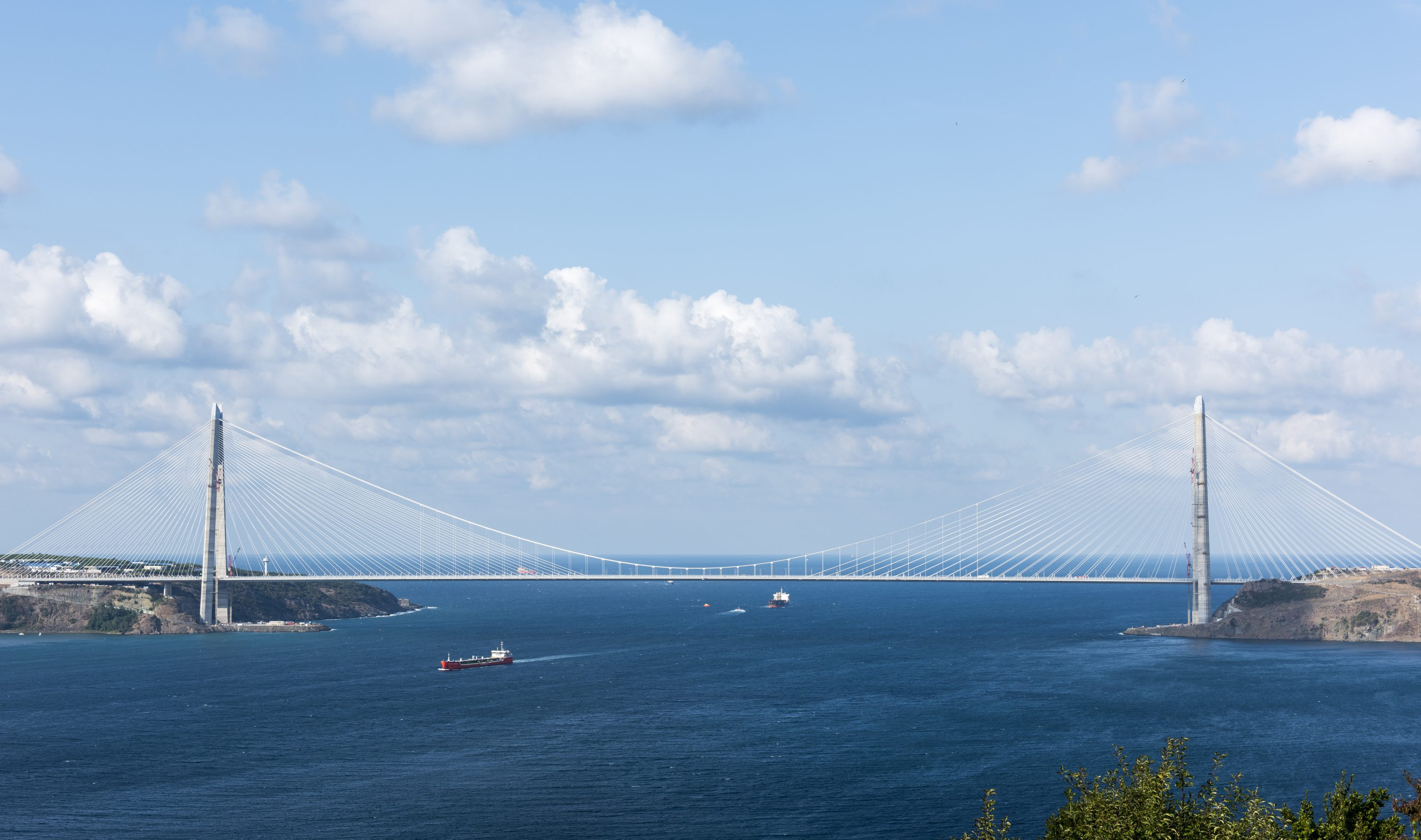 The third bridge across the Bosporus is being built north of Istanbul. With a span of more than 1,400 m, it will be the longest cable-stayed suspension bridge in the world. Munich Re is supporting this ambitious project as the leading reinsurer.